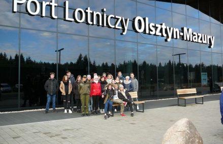 Logistycy na lotnisku w Szymanach